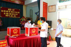 Trưởng ban Tổ chức Tỉnh ủy Lê Đức Cường bỏ phiếu tại thị trấn Cầu Giát (Quỳnh Lưu)