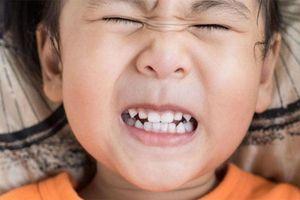 Nguyên nhân không ngờ khiến trẻ thích nghiến răng khi ngủ, mẹ cần lưu ý