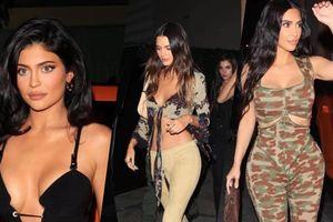 Chân dài Kendall Jenner cùng dàn chị em đua nhau mặc đồ hở hang đi trẩy hội