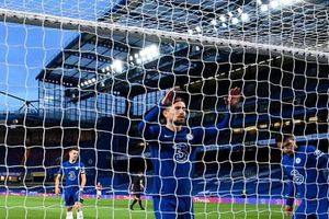 Chelsea trầy trật giữ vé Champions League