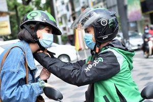 'Sáng nắng chiều mưa' và muôn kiểu ứng phó của tài xế Gojek