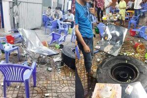 Đang ngồi ăn uống trên vỉa hè, thực khách bỏ chạy tán loạn vì bị lốp ô tô văng trúng