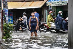 8 giờ sống giữa nước ngập ở trung tâm TP.HCM