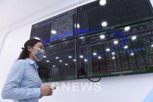 Chứng khoán Việt Nam lập đỉnh mới, vượt 1.300 điểm