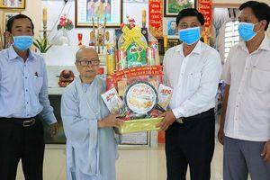 Thăm, tặng quà Ni trưởng Thích nữ Diệu Thông nhân Đại lễ Phật đản