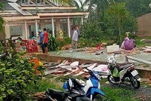 Giông lốc gây sập, tốc mái 24 căn nhà ở Vĩnh Long