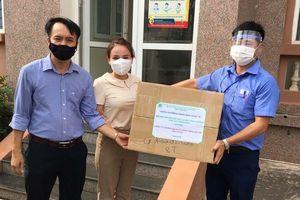 Hỗ trợ khẩu trang cho công nhân vệ sinh môi trường