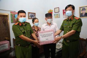Thứ trưởng Bộ Công an thăm, biểu dương chiến sĩ dũng cảm cứu thai phụ nhảy hồ tự tử