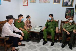 Thứ trưởng Nguyễn Duy Ngọc thăm động viên 2 cán bộ công an tiêu biểu