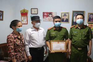 Khen thưởng Thiếu tá công an dũng cảm cứu thai phụ có biểu hiện tự tử