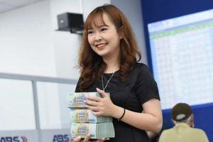 'Tiền vào như nước', VN-Index vượt 1.320 điểm với sự thăng hoa của nhóm ngân hàng