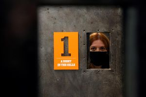 Mở cửa phòng giam cũ để đón khách tham quan tại Anh