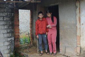 Ông Đoàn Ngọc Hải làm từ thiện ở Nghệ An: Chu cấp tiền hàng tháng cho 2 mẹ con mù, u não