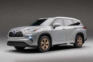 Cận cảnh Toyota Highlander 2022 bản vàng đồng từ 43.135 USD