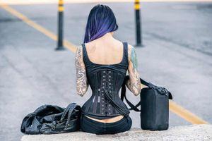 Cô gái may áo corset bằng vỏ gối