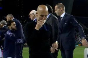 Guardiola nhận 'mưa gạch đá' vì hôn huy chương bạc Champions League