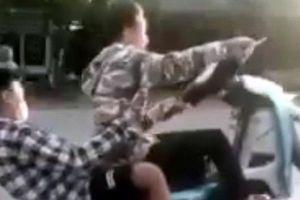 Hà Nội: Xử phạt 2 nam thanh niên 'bốc đầu' xe máy trên đường