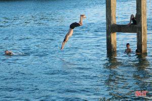 Bất chấp nguy hiểm, nhiều học sinh Hà Tĩnh vẫn đua nhau lên hồ Kẻ Gỗ giải nhiệt