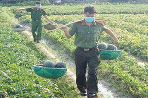 Công an huyện Yên Dũng hỗ trợ nông dân tiêu thụ nông sản