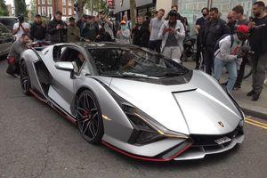 Siêu xe Lamborghini Sian gây sự chú ý của người đi đường tại Anh