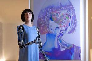 Kỳ lạ: Lần đầu tiên người máy vẽ chân dung và mở triển lãm