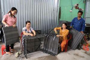 Nghề đan dây nhựa tạo cơ hội cho lao động nhàn rỗi