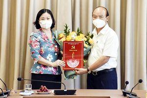 Trao quyết định nghỉ hưu cho đồng chí Nguyễn Đức Vinh