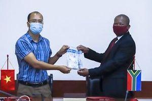 Việt Nam bàn giao mẫu ADN sừng tê giác cho Nam Phi