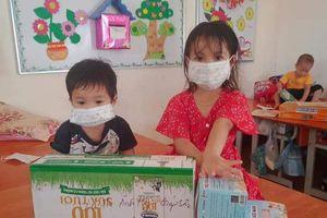 Tặng sách cho thiếu nhi đang cách ly ở Bắc Giang