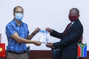 Việt Nam bàn giao 56 mẫu ADN sừng tê giác cho Nam Phi
