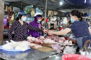 Nghệ An: Giá lợn hơi giảm sâu, giá thịt ở chợ vẫn neo ở mức cao