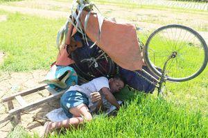 Muôn kiểu chống nắng độc lạ của nông dân Nghệ An