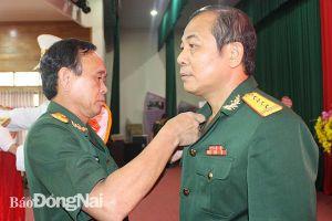 Trao tặng Huy hiệu 30 năm tuổi Đảng cho đại tá Vũ Văn Điền