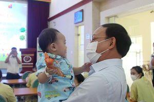 Đồng chí Bí thư Tỉnh ủy thăm, tặng quà thiếu nhi tại Bệnh viện Sản Nhi