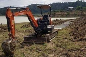 Ngang nhiên đưa máy xúc vào đào đất, lấn chiếm lòng hồ thủy điện