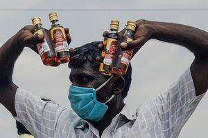 Ấn Độ dùng rượu khuyến khích dân đi tiêm chủng COVID-19