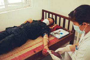 Cảnh sát hiến máu cứu cháu bé trong khu phong tỏa ở Bắc Giang