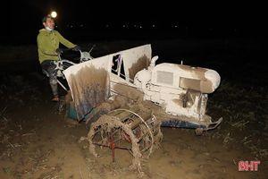 Hà Tĩnh: Thợ cày 'trốn' nóng làm xuyên đêm hỗ trợ nhà nông gieo cấy sớm