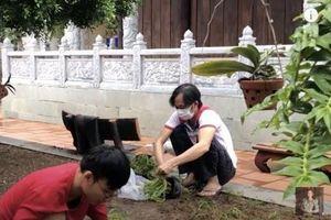 Lộ hình ảnh Hoài Linh tiều tụy khi xuất hiện tại nhà thờ Tổ nghiệp giữa 'bão' scandal 14 tỷ đồng từ thiện