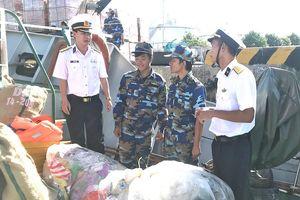 Lính Hải quân chung tay bảo vệ môi trường biển