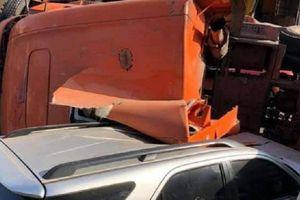 Ô tô đầu kéo nổ lốp bị lật, đè trúng xe con trên QL9