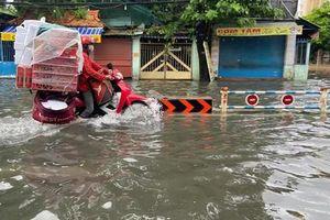 Mưa lớn, đường ra sân bay Tân Sơn Nhất mênh mông biển nước