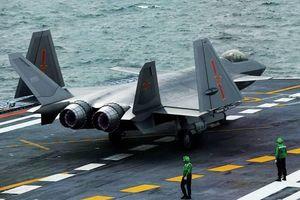 Báo Mỹ: Tàu sân bay Trung Quốc bội phần nguy hiểm khi bổ sung J-20
