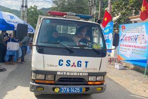 Thí sinh bị hỏng xe dọc đường, CSGT chạy 20km đón đi thi