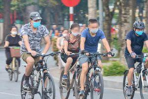 Cận cảnh hồ Gươm trở thành 'trường đua' xe đạp cho người tập thể dục buổi sáng