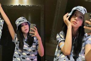 Jisoo BLACKPINK khoe set đồ mặc nhà kiểu gì mà khiến netizen sục sôi tìm kiếm nhãn hiệu?
