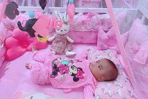 Mạc Văn Khoa sắm cho con gái chiếc giường 'hường chói lóa' để ngủ riêng, đêm đầu xa bố mẹ cô nhóc đã làm 1 việc này