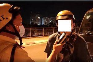 CSGT tóm gọn nam thanh niên không đeo khẩu trang, vi phạm nồng độ cồn trên đường