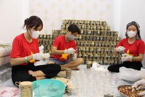 Bạn trẻ TP.HCM làm muối mè gửi đến tâm dịch Bắc Giang