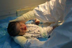 Bé sơ sinh có mẹ mắc Covid-19 hôn mê đã xuất viện, chuyển tới khu cách ly